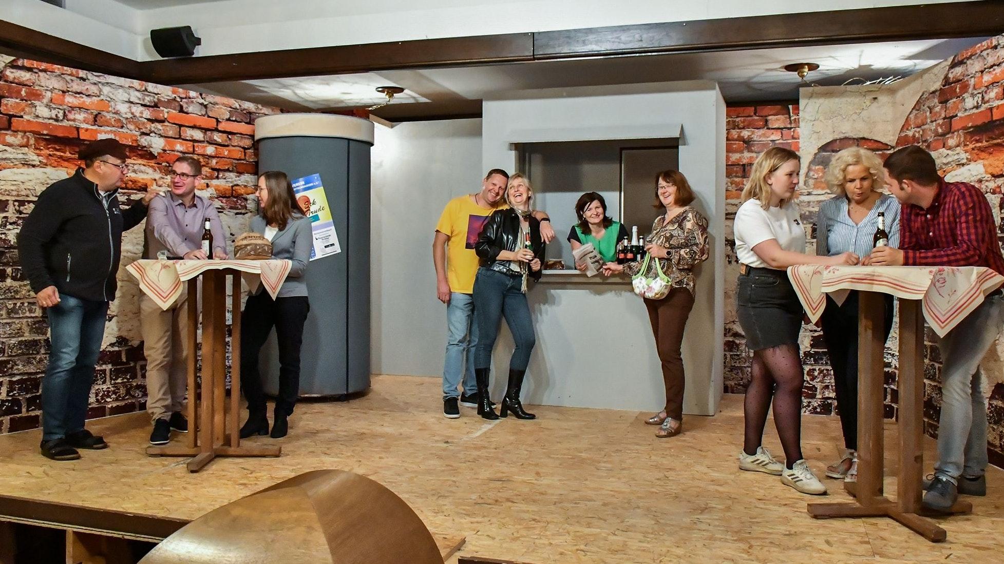 """Zu lachen gibt es für die """"Trudianer"""" kaum etwas, zu groß sind die Spannungen im Kitz. Die gute Laune aber lassen sie sich nicht verderben, von links: Harald Kutscher (Dirk gr. Schlarmann), Benni Mack (Jan-Bernd Echtermann), Nele Krämer (Gaby Holzenkamp), Manni """"dat Mess"""" Mack (Rene Osterhues), Lola (Martina gr. Schlarmann), Trude Krämer (Michaela Völkerding), Ria Ratsch (Heike Weddehage), Jana Schön (Theresa Kenkel), Erna Willmer (Marion Westermann) und Arnold Macher (Daniel von Handorff). Foto: Vollmer"""