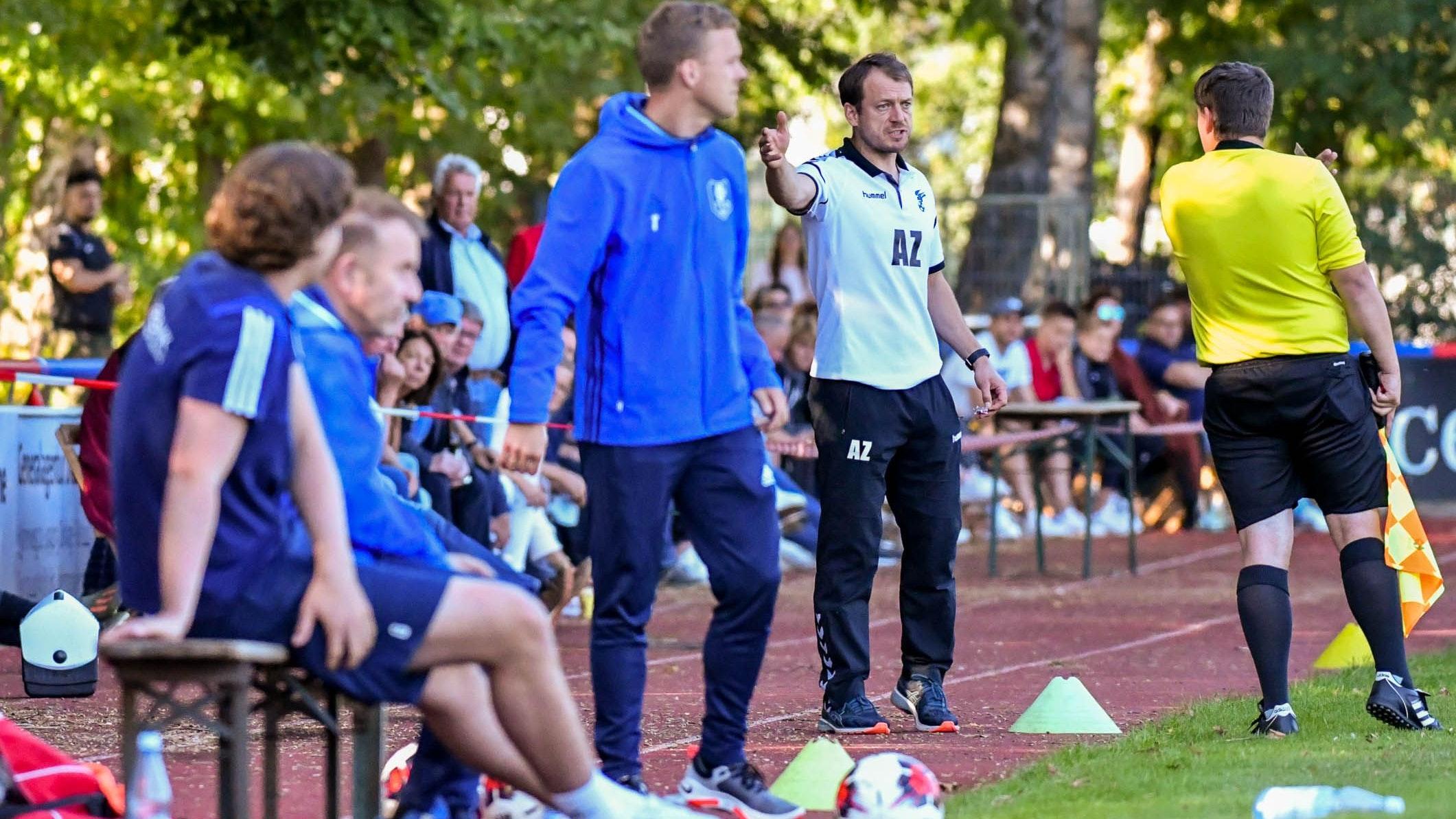 Szenen eines Derbys: Falke-Trainer Artur Zimmermann (hinten) und TVD-Coach Stefan Arlinghaus an der Seitenlinie. Foto: Wenzel