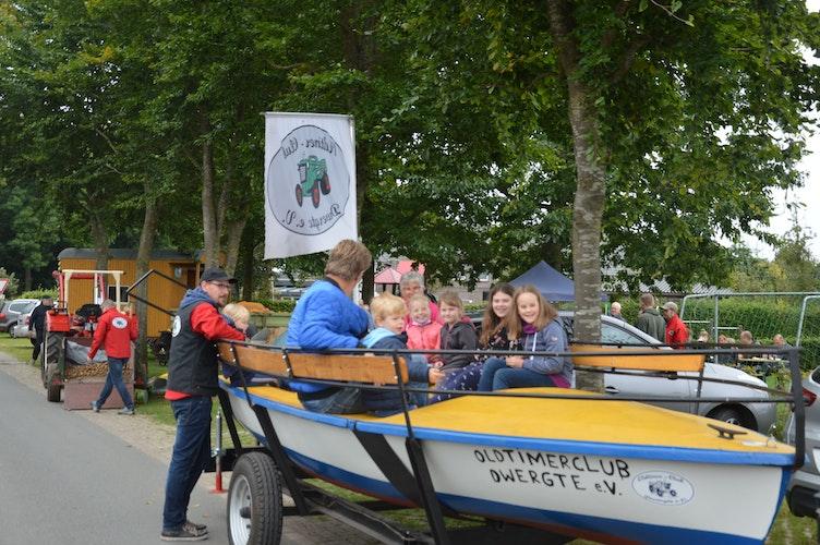 Mit dem Wackelboot durch Dwergte: Der Spaß kam beim Kartoffelfest auch nicht zu kurz. Foto: Landwehr