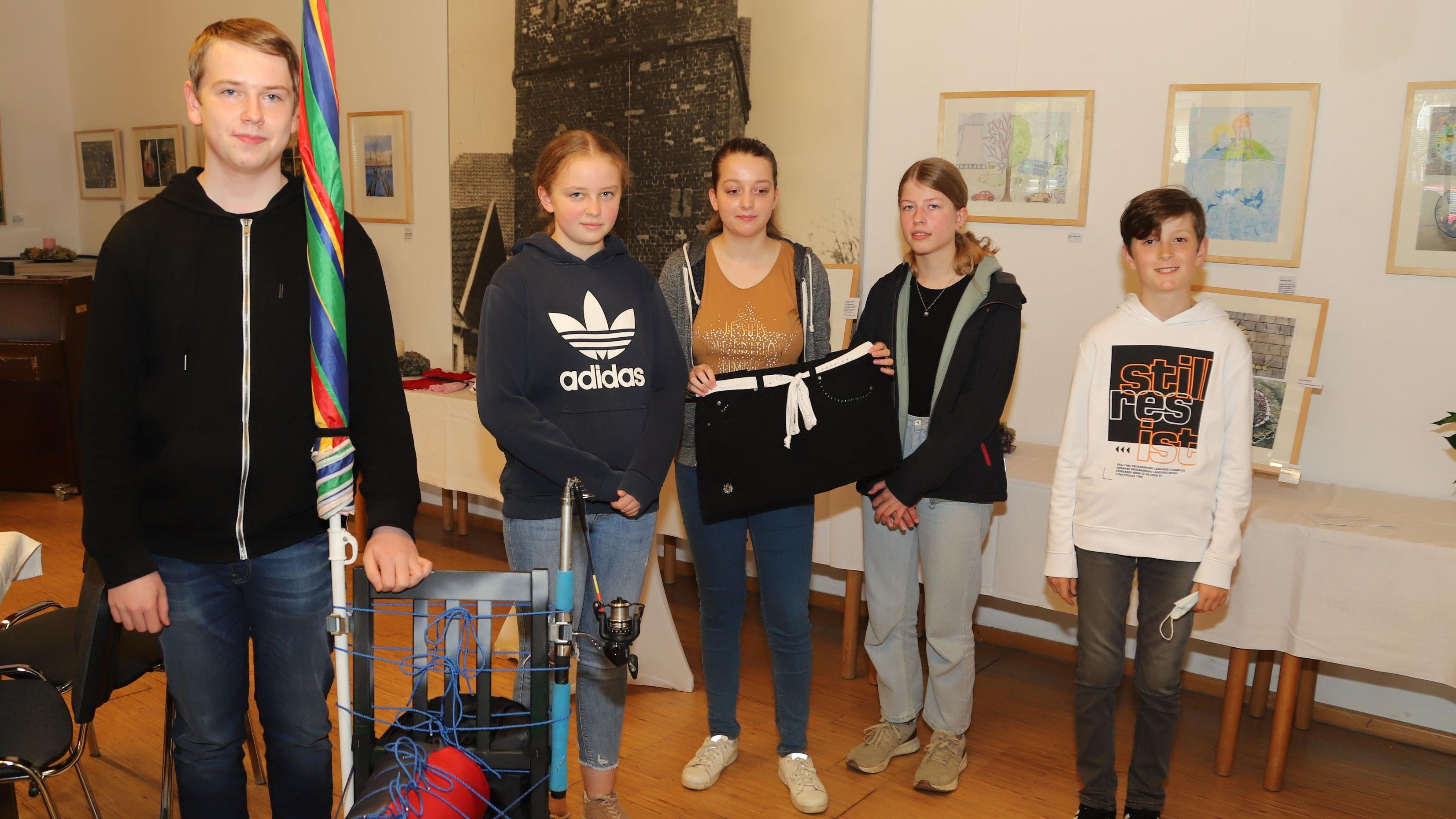 Upcycling Kunst: Schülerinnen und Schüler der Realschule Friesoythe präsentieren ihr Kunstwerke in der Wassermühle zu den Themen Klimaschutz und Umwelt. Foto: M. Passmann