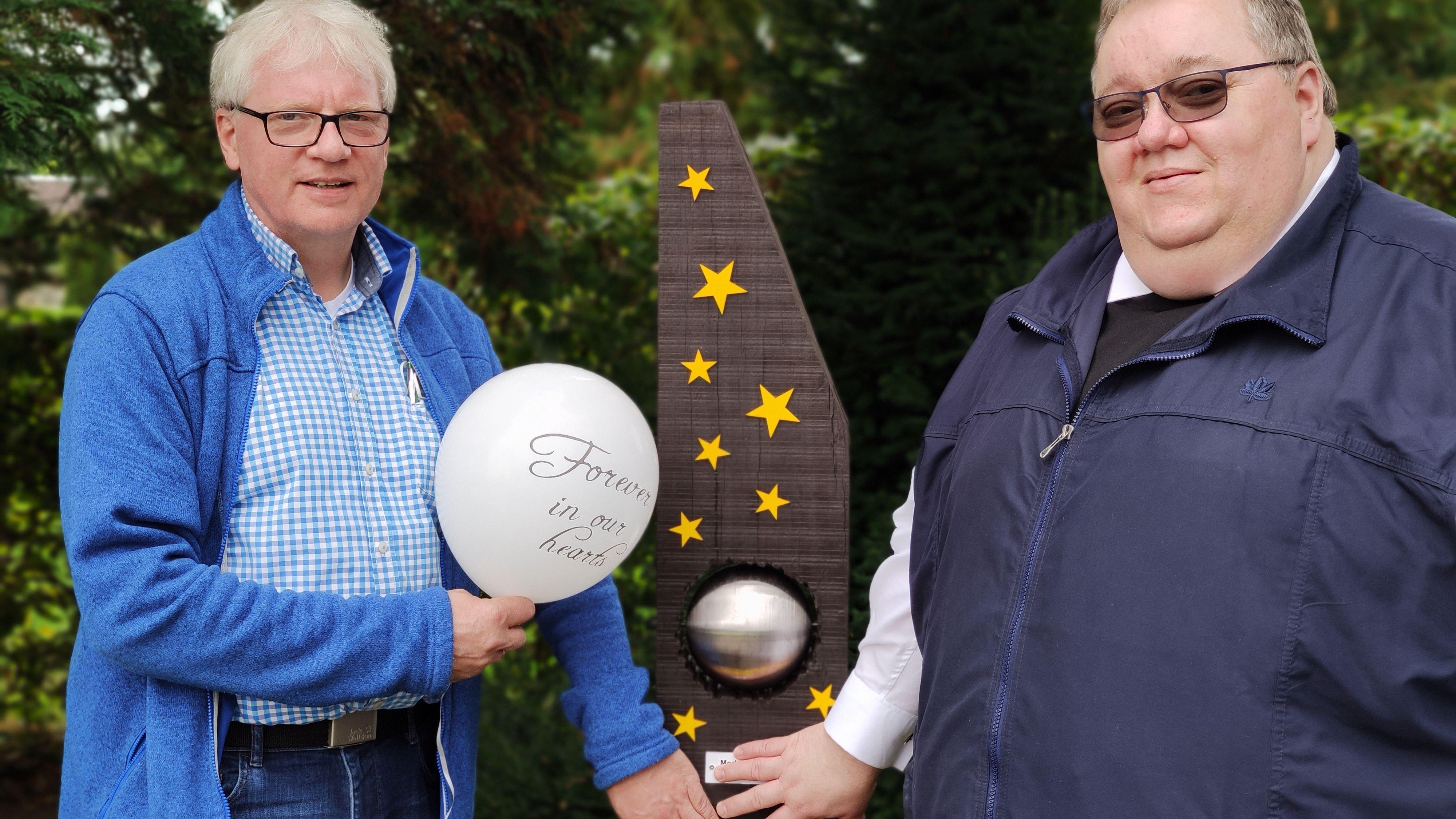 Stehle erinnert an die Sternenkinder: Pfarrer Johannes Kabon und Diakon Martin Bockhorst (links) weihten die neue Stele auf dem Friedhof in Dinklage ein. Foto: Röttgers