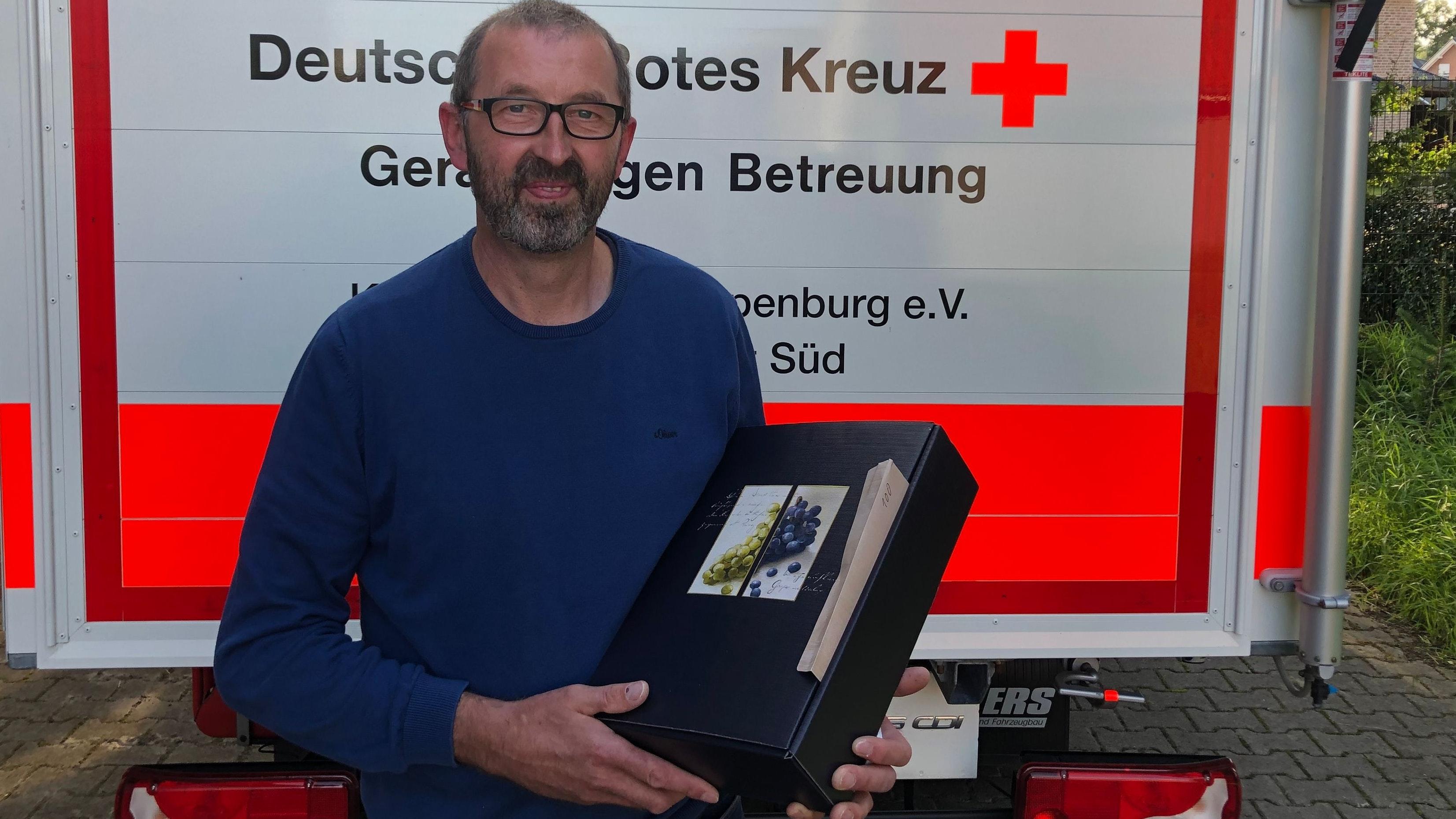 Alter Hase: Hubert Stadtsholte spendete zum 100. Mal Blut und bekam dafür ein kleines Dankeschön. Foto: Niehaus