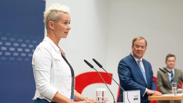 Silvia Breher gibt sich an der Seite von Laschet kämpferisch