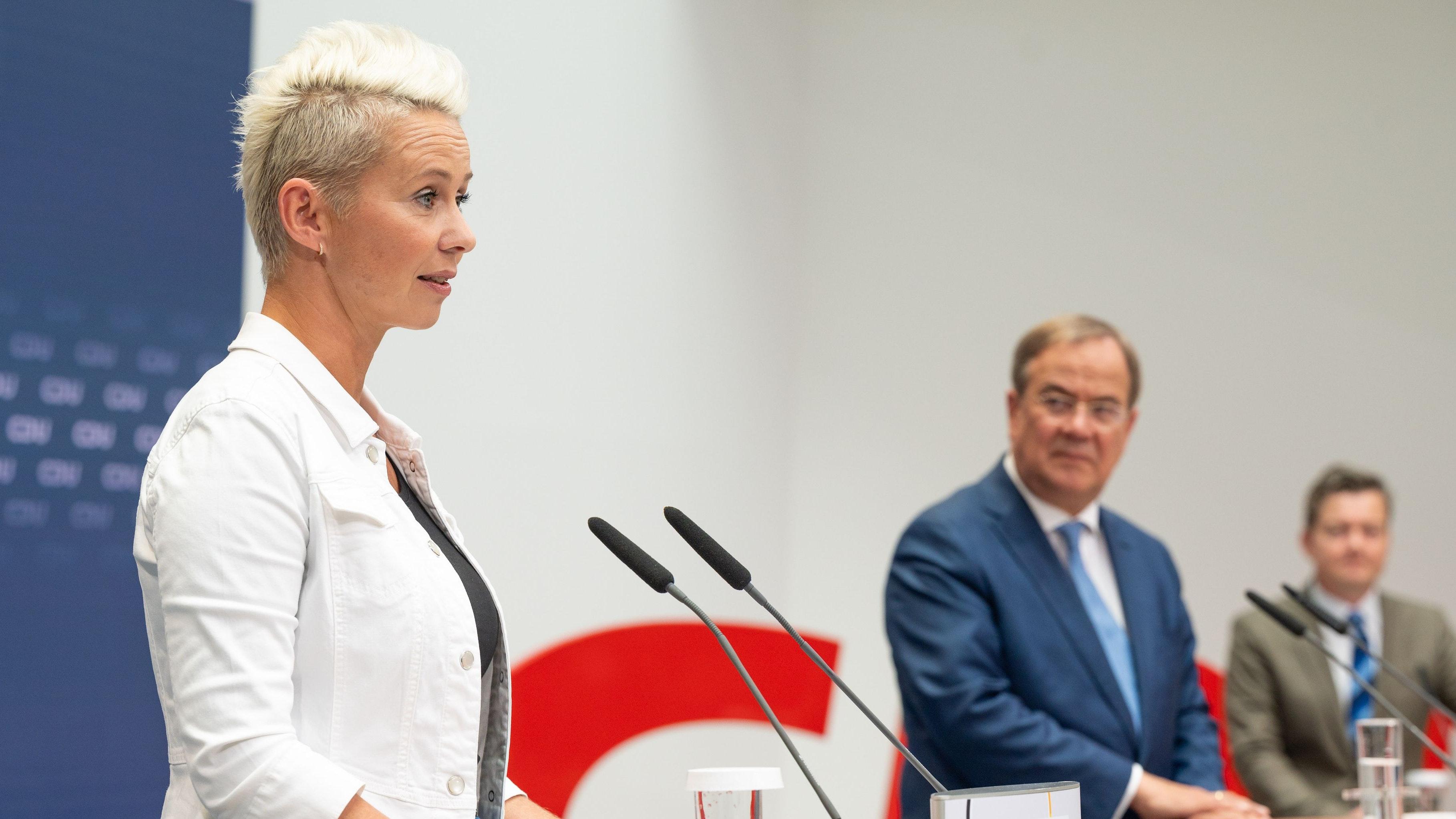 Anerkennender Blick von Armin Laschet: Breher bei der Pressekonferenz nach der CDU-Präsidiumssitzung in Berlin. Foto: M. Niehues