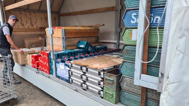 Ahrtal-Helfer laden 30 Tonnen gespendetes Baumaterial auf
