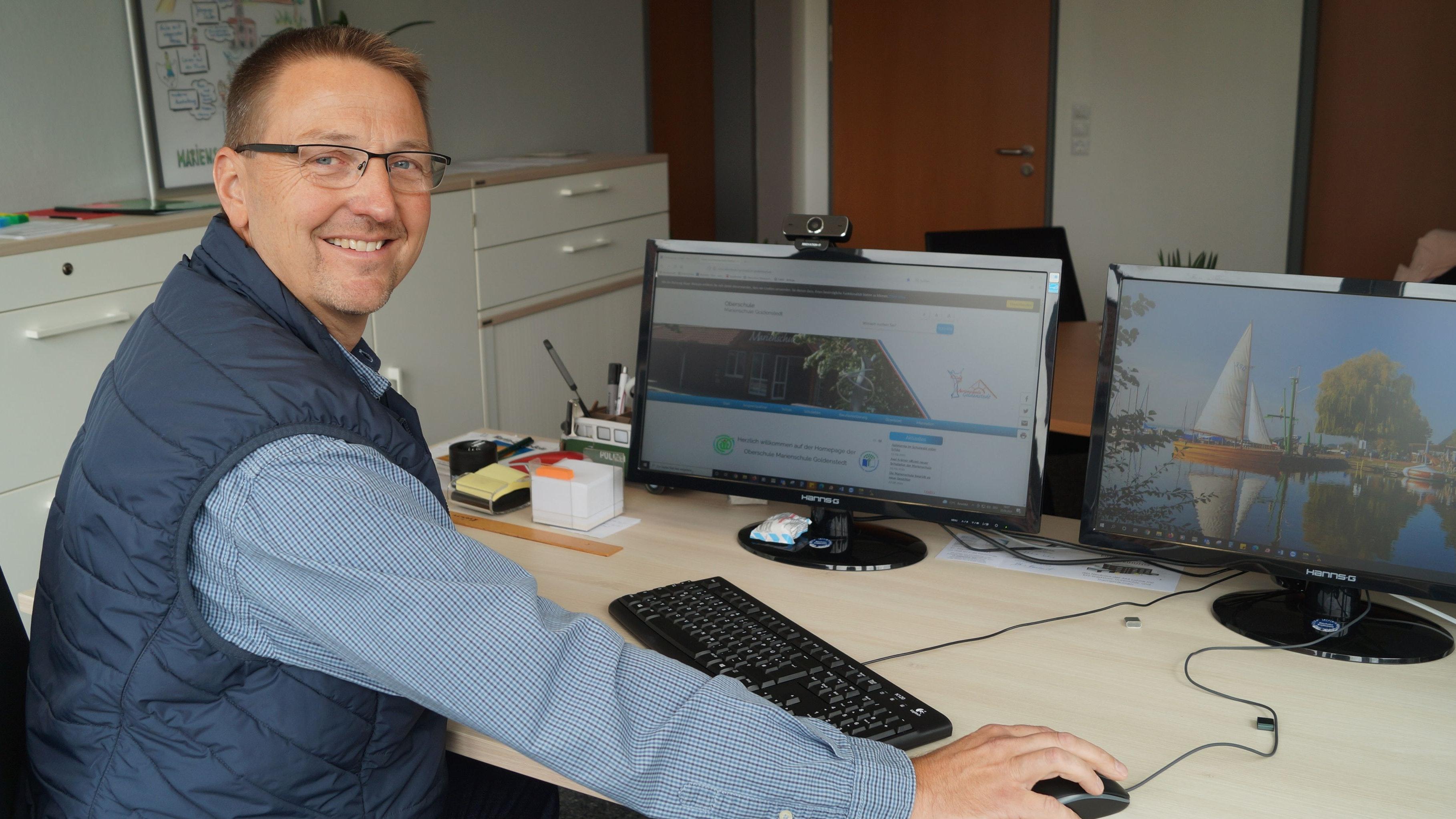 Im Büro: Axel Krämer sitzt als neuer Leiter der Goldenstedter Marienschule nun öfter am Rechner. Foto: C. Meyer