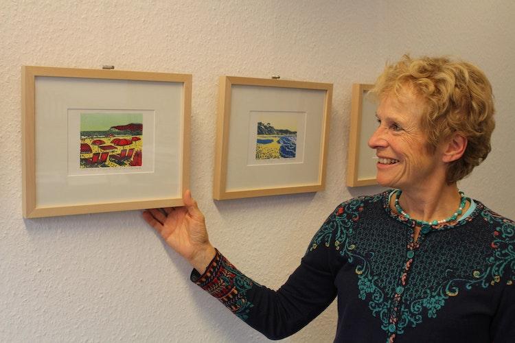 Christiane Hagemann zeigt Linolschnitte von Pia E. van Nuland aus der Artothek. Die Künstlerin hatte letztes Jahr eine Ausstellung in der Kunsthalle im Kulturbahnhof. Foto: Heinzel