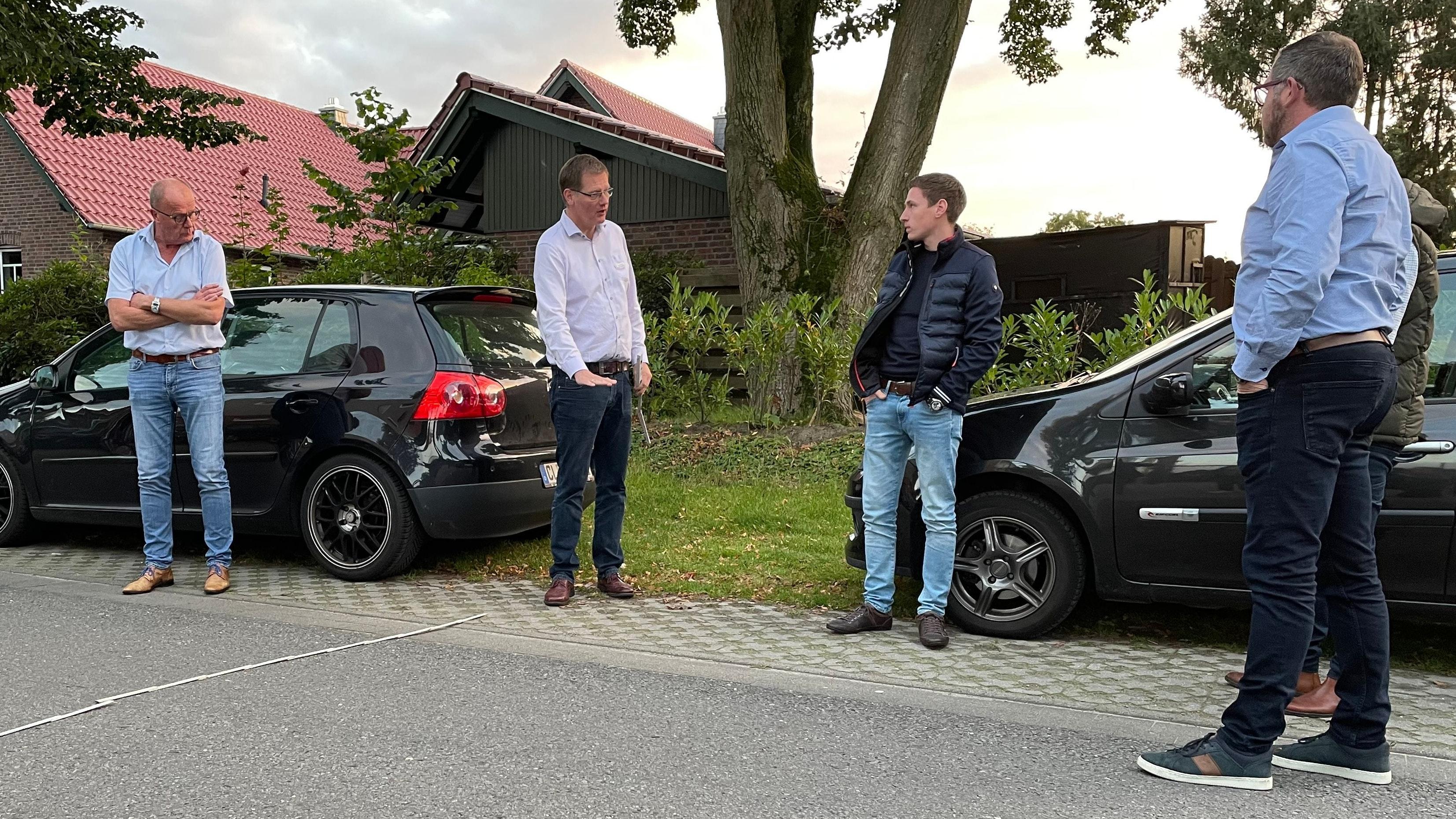 Verkehrsberuhigung: Bauamtsleiter Klaus Sandmann (2. von links) erläutert, wie Schweller im Bereich des Sportgeländes die Straße Cavens in Altenoythe sicherer machen können.  Foto: Stix