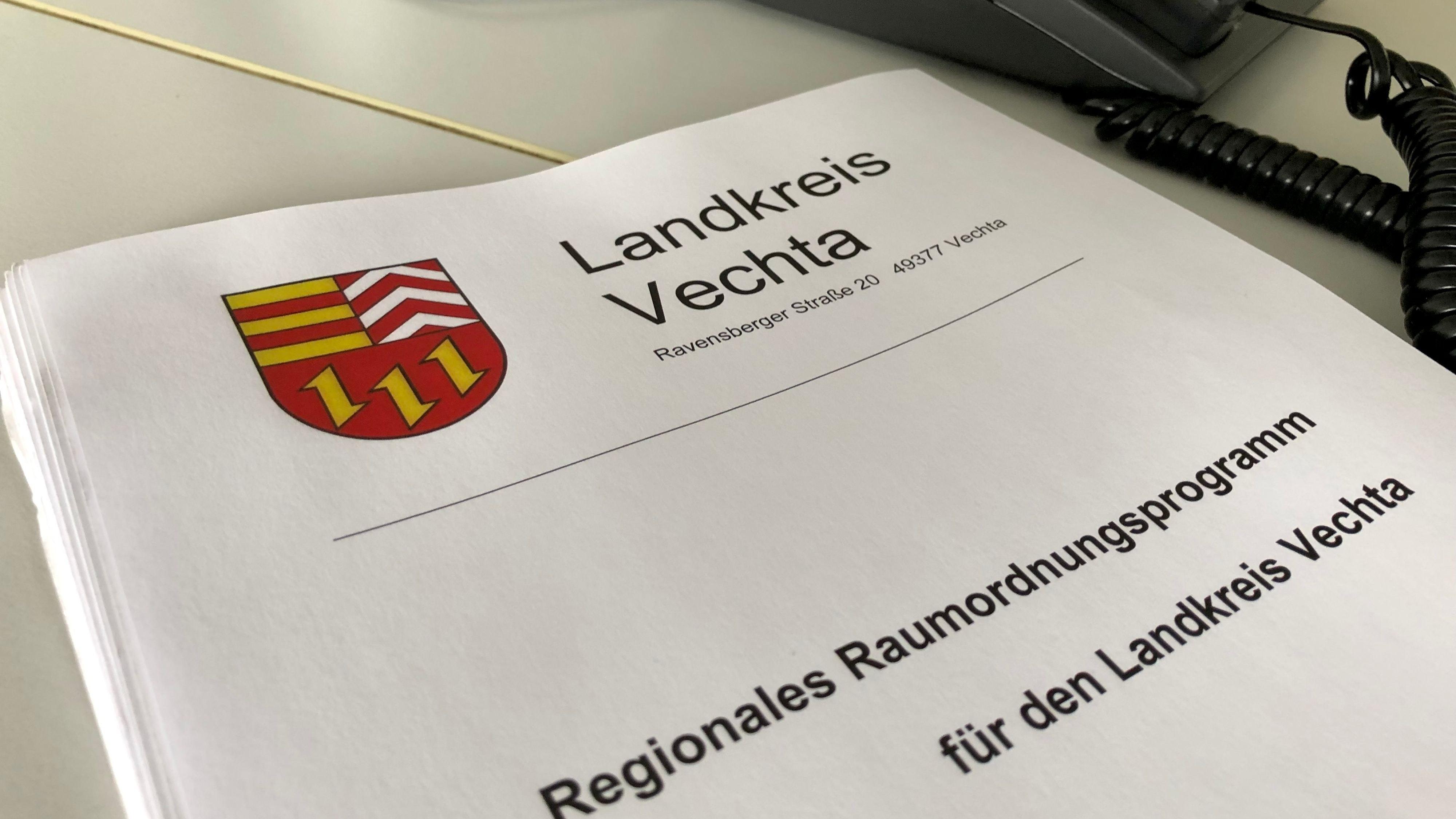 Viel Papier, aber – nach Ansicht von Naturschützern – wenig Nachhaltigkeit beinhaltet das neue Raumordnungsprogramm für den Landkreis Vechta. Foto: Berg