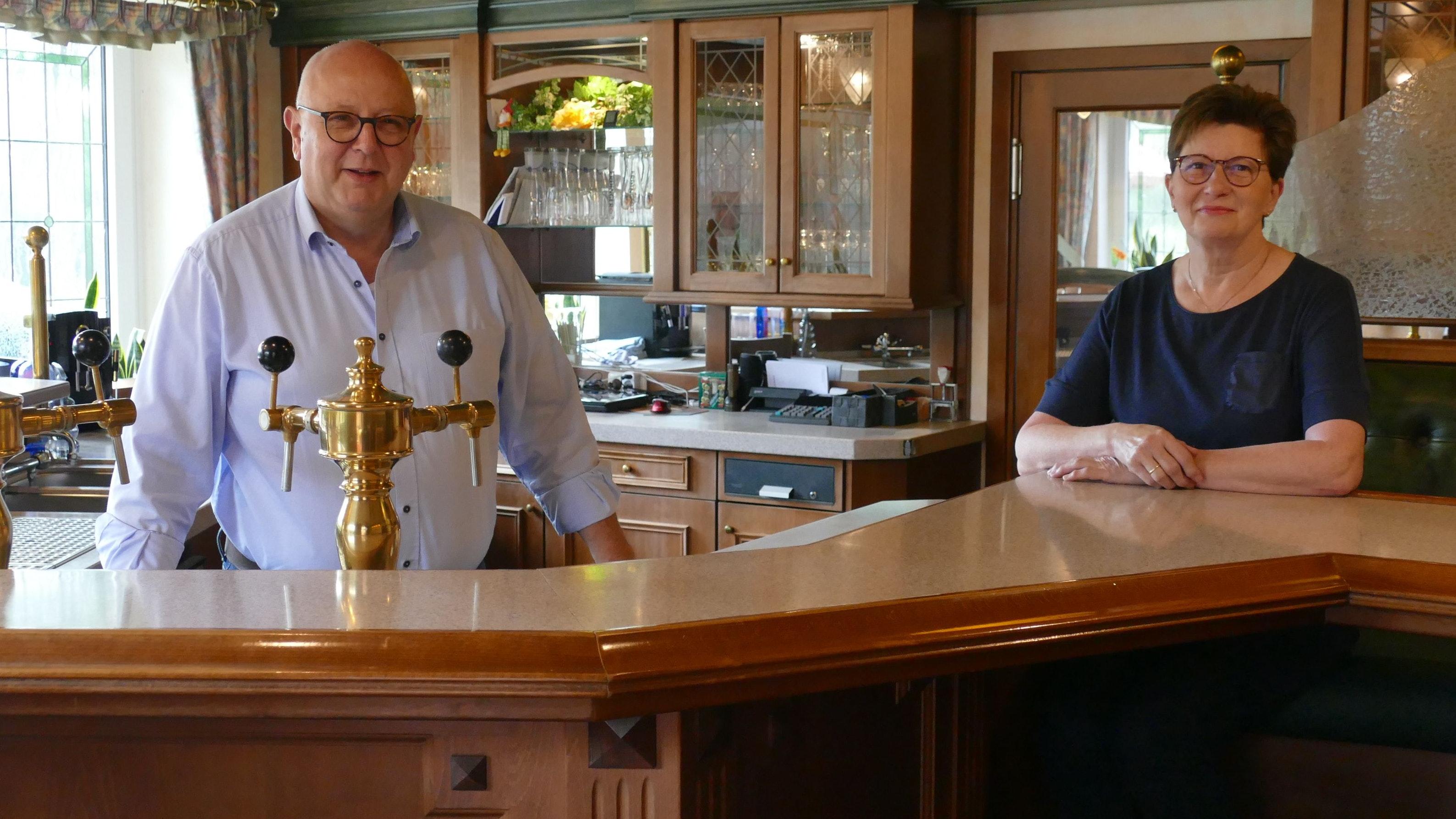 Am 28. November ist Schluss: Marlies und Franz-Josef Schubert schließen den 1971 gegründeten Gasthof Schubert mit einem lachenden und einem weinenden Auge. Das Ehepaar stand 40 Jahre lang gemeinsam Tag für Tag am Tresen und in der Küche. Foto: Stix