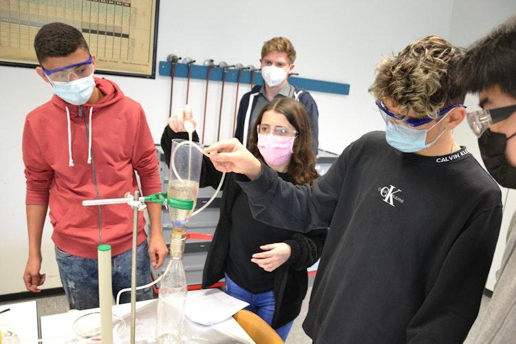 Test gelungen: Mikroplastik lässt sich aus Sand herausfiltern. Was unter Laborbedingungen klappt, dürfte im großen Stil kaum umsetzbar sein. Foto: G. Meyer