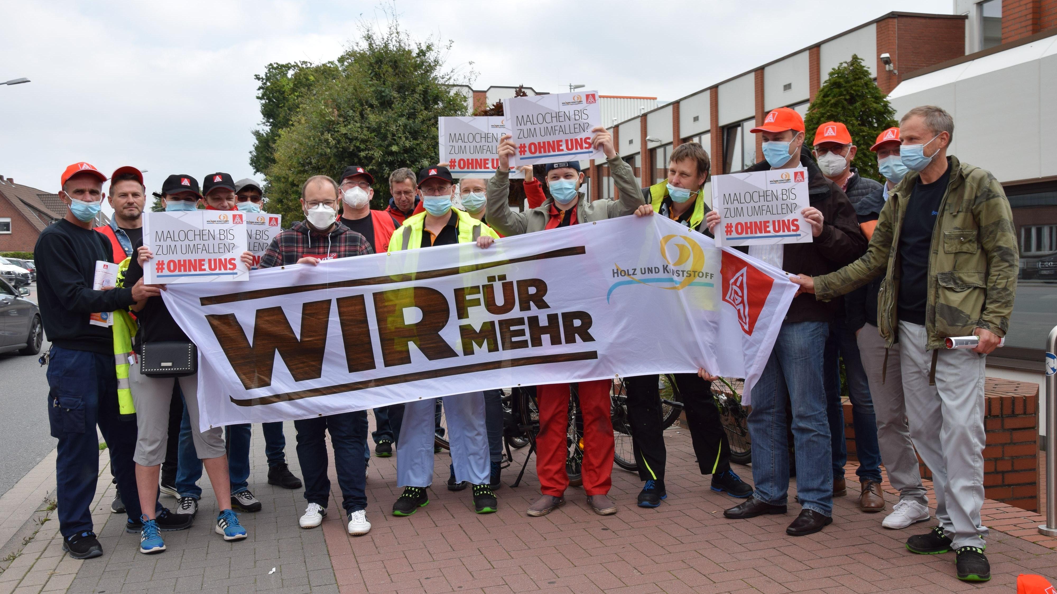 Hoffen auf mehr Gehalt: Die Mitarbeiterinnen und Mitarbeiter von Berry Bramlage. Foto: Bernhardt