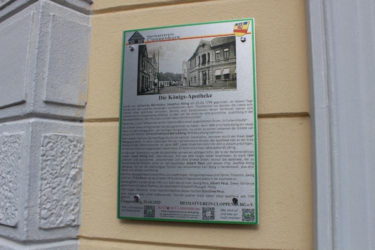 Die Tafel an der Königs-Apotheke. Foto: Heinzel