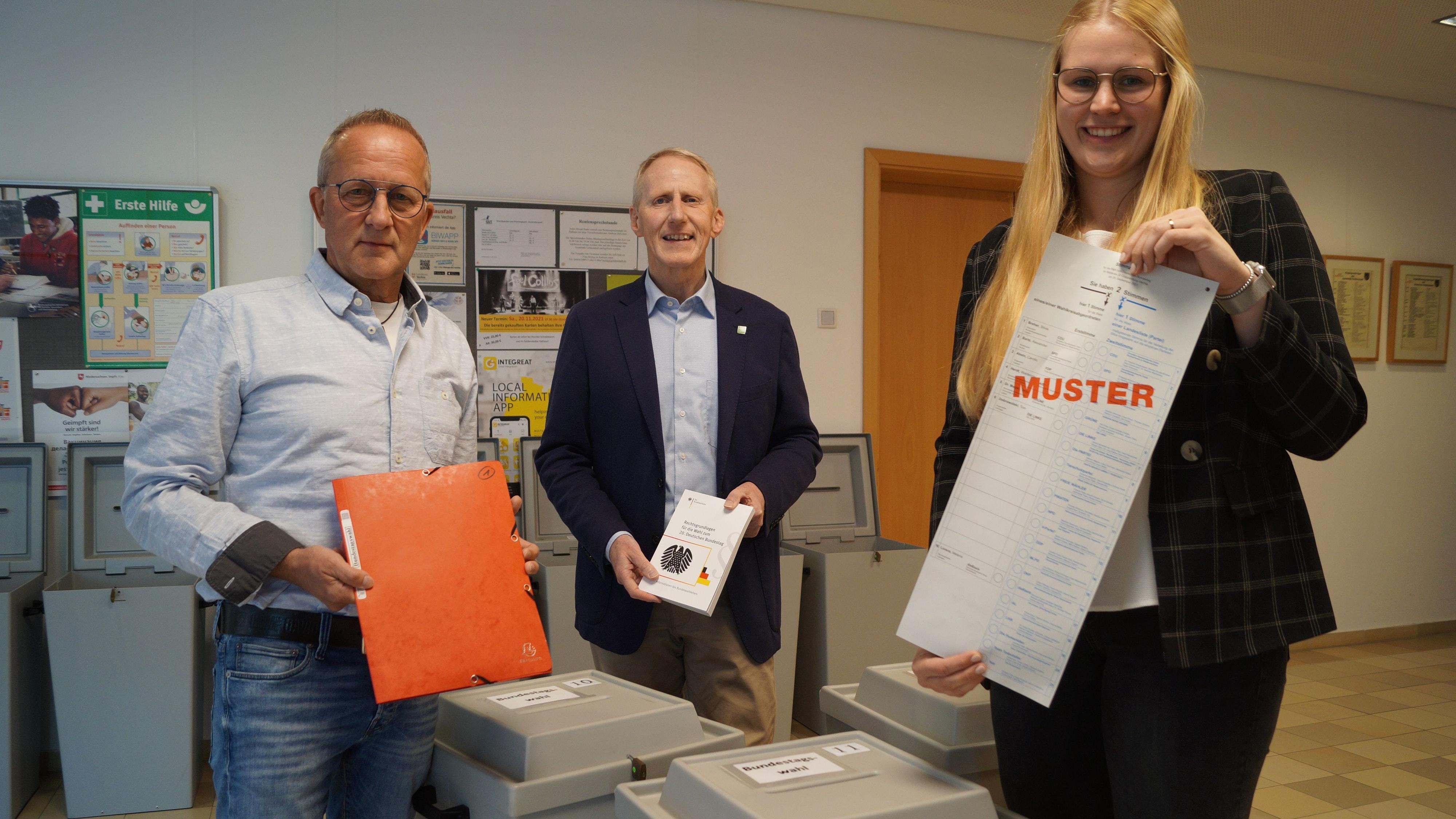 Alles ist vorbereitet: Peter Böckmann (links) war rund 30 Jahre lang für die Wahlen in Goldenstedt verantwortlich. Diese Aufgabe übernimmt nun Kim Klostermann (rechts). Bürgermeister Alfred Kuhlmann (Mitte) ist glücklich über den gelungenen Generationenwechsel. Foto: C. Meyer