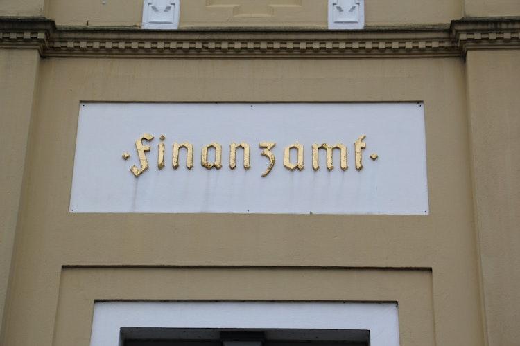 Goldene Buchstaben: Bei der Beschriftung des alten Finanzamtes handelt es sich um eine Fraktur aus dem 14. Jahrhundert. Foto: Speckmann