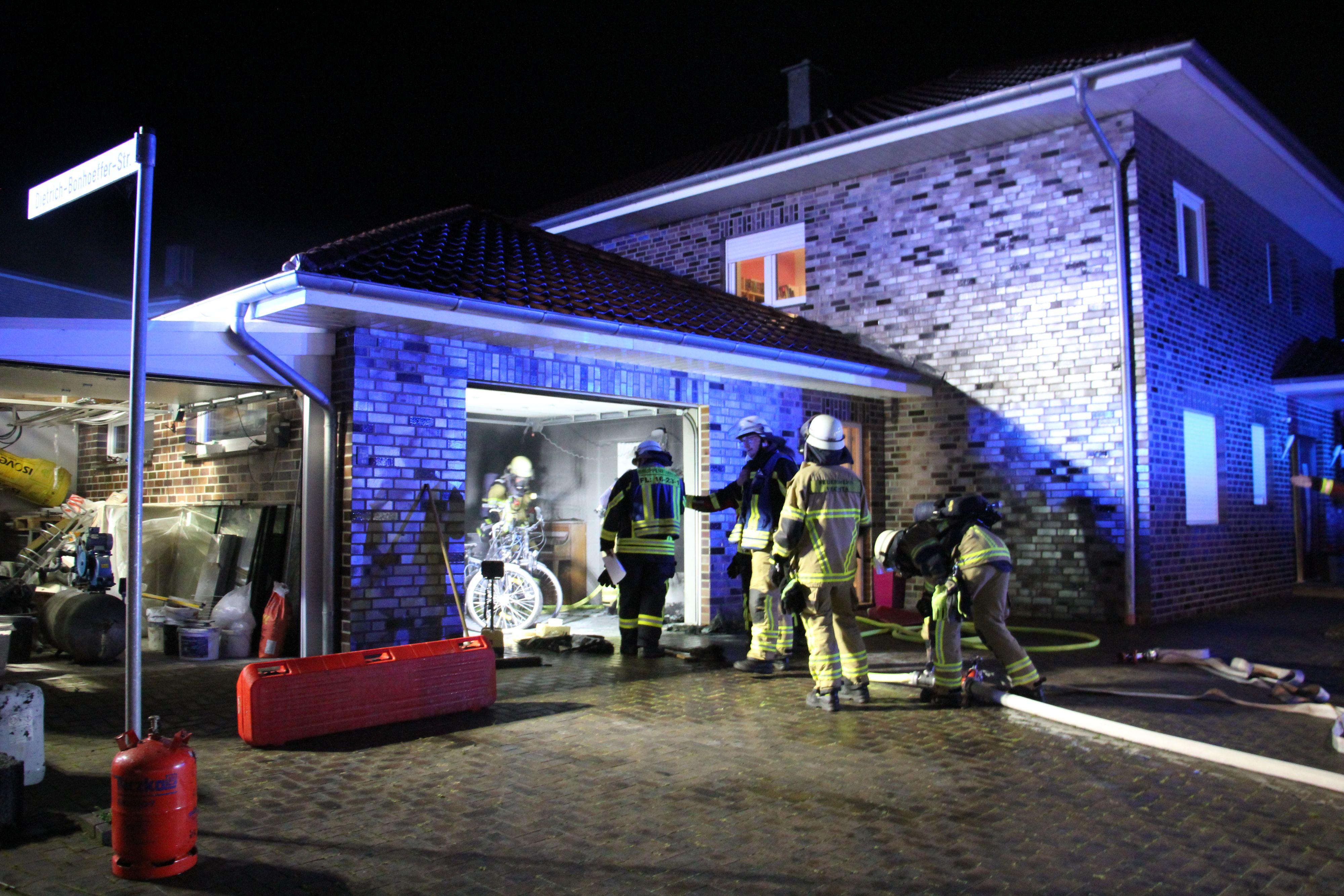 Die Feuerwehr brachte den Garagenbrand am Donnerstagabend schnell unter Kontrolle. Foto: Speckmann