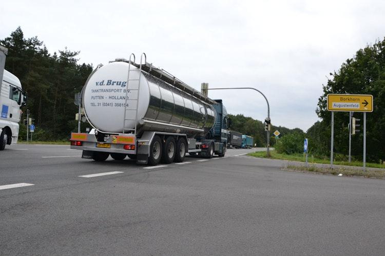 divImmer viel Verkehr: Die E233 (B213) soll auch bei Löningen vierspurig ausgebaut werden. Foto: Meyerbrdiv