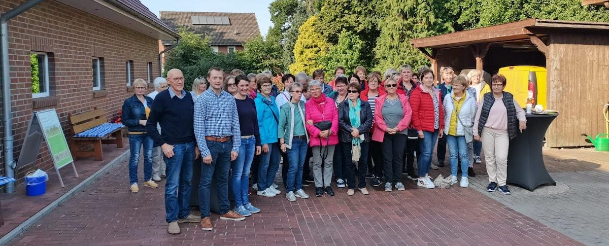 Die Landfrauen Molbergen waren am Mittwoch zu Besuch auf dem Hof in Dwergte. Foto: Wulfers