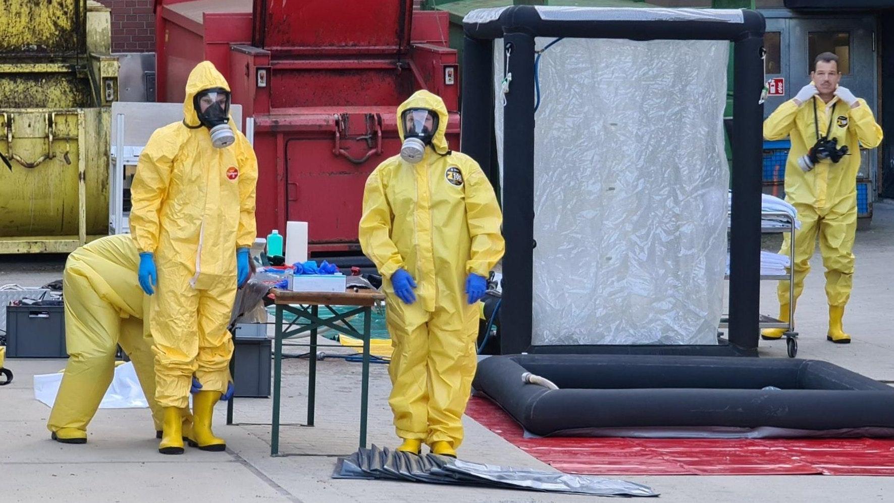 Helfer bauen vor einer Klinik eine Dekontaminationsschleuse auf. Bei Arbeiten zur Kampfmittelbeseitigung auf der Wehrtechnischen Dienststelle 91 bei Meppen im Emsland sind am Mittwoch sieben Menschen verletzt worden. Foto: dpa / NWM-TV