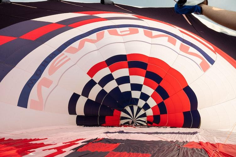 Die Ballonhülle richtet sich durch die hereinströmende warme Luft langsam auf. Foto: M. Niehues