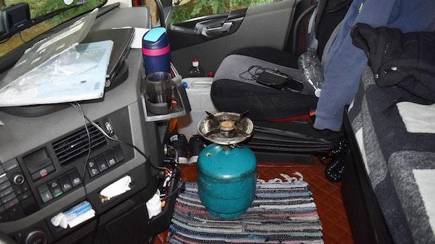Gasflasche und Brenner stehen ungesichert neben dem Fahrersitz