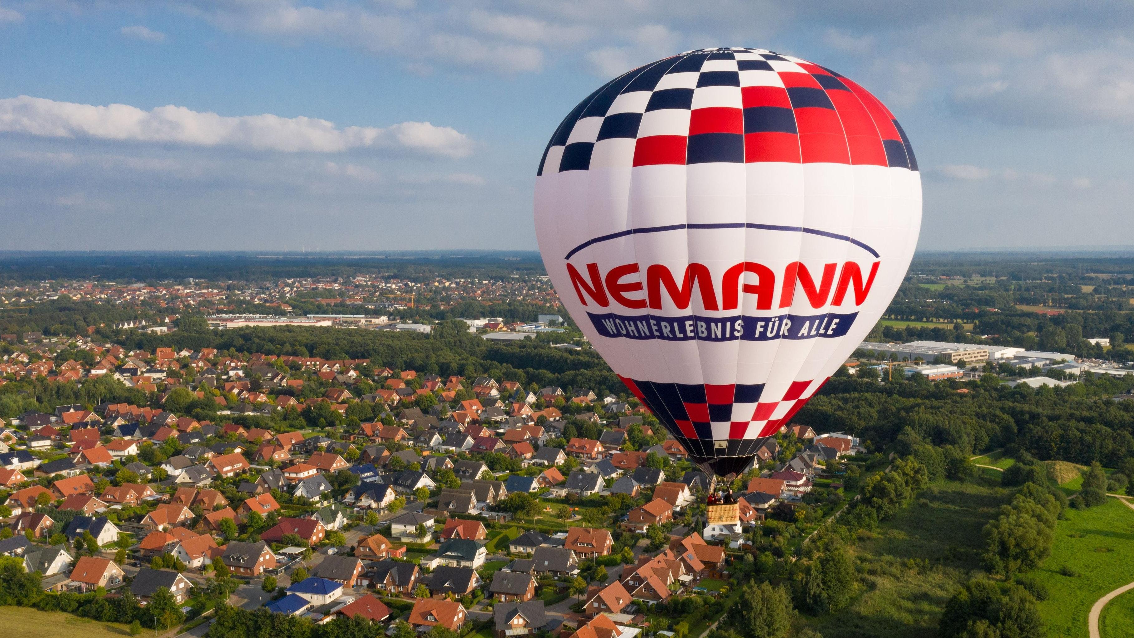 Schwebt über das Vechtaer Stadtgebiet: Der neue Nemann-Heißluftballon. Foto: M. Niehues