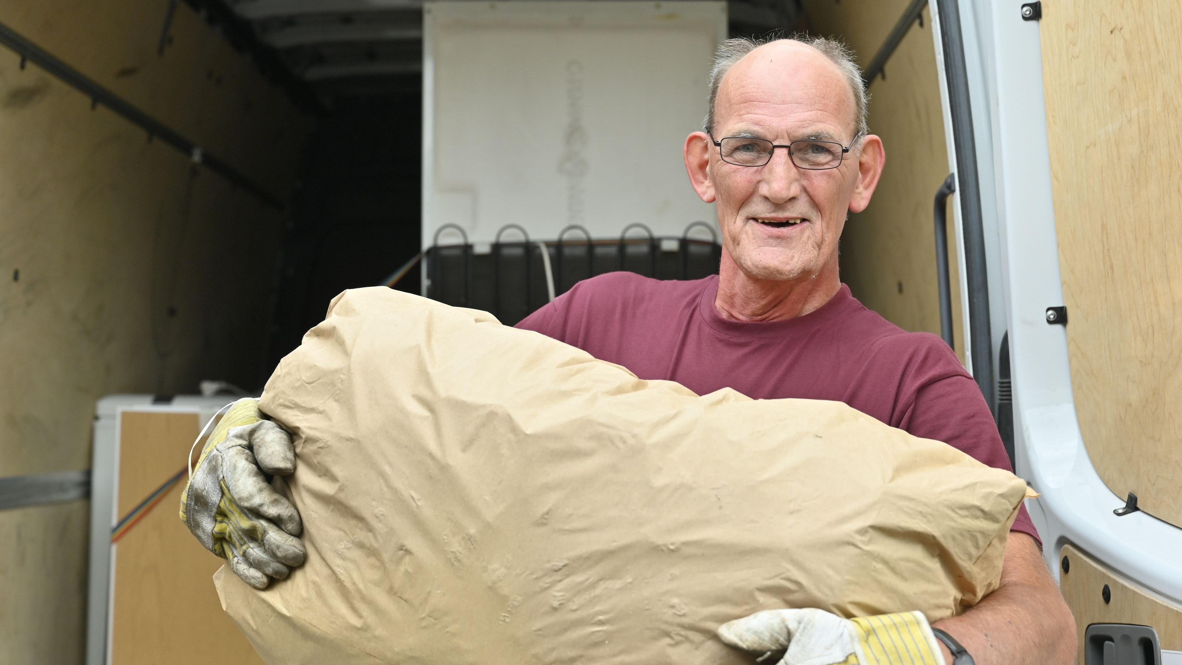 Packt seine Hilfsgüter auf die Ladefläche: Detlef Franzke. Foto: M. Niehues