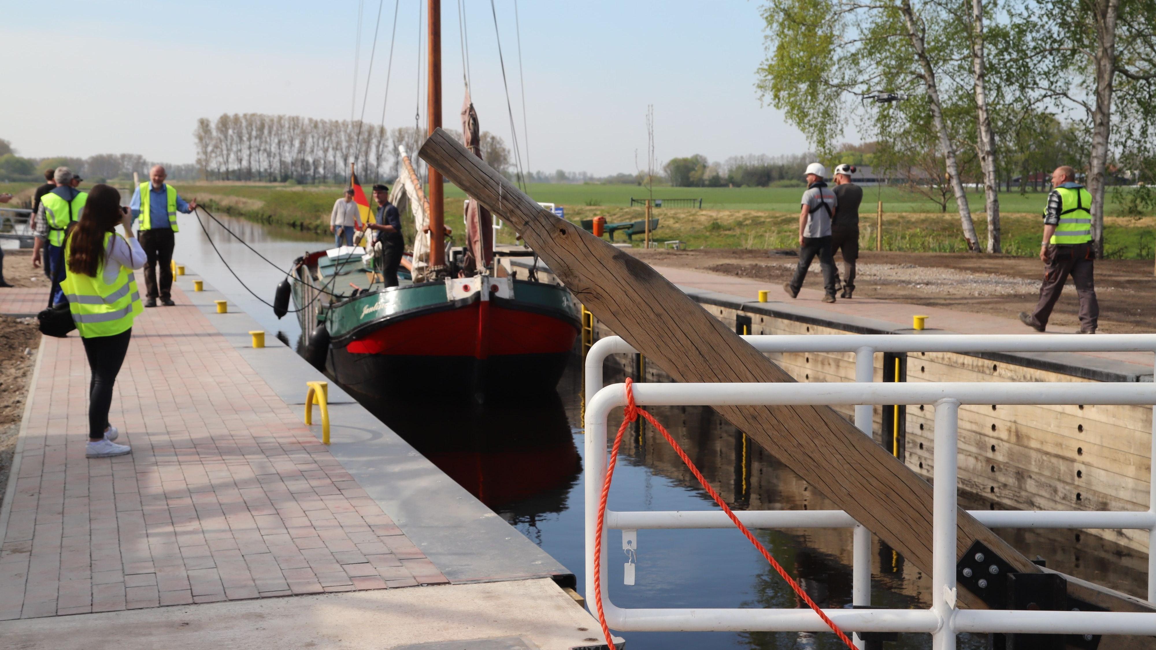 """Frei für die Schiffverkehr: Die """"echte"""" Schleuse """"Osterhausen"""". Ein 3 Meter großes Modell soll nun vor dem Moor- und Fehnmuseum in Elisabethfehn gebaut werden. Foto: Passmann"""