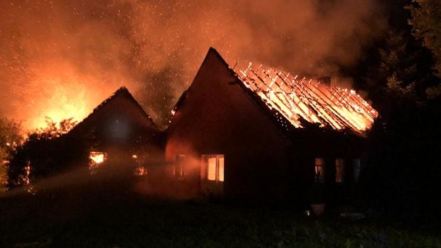 Flammen greifen auf Wohnhaus in Peheim über
