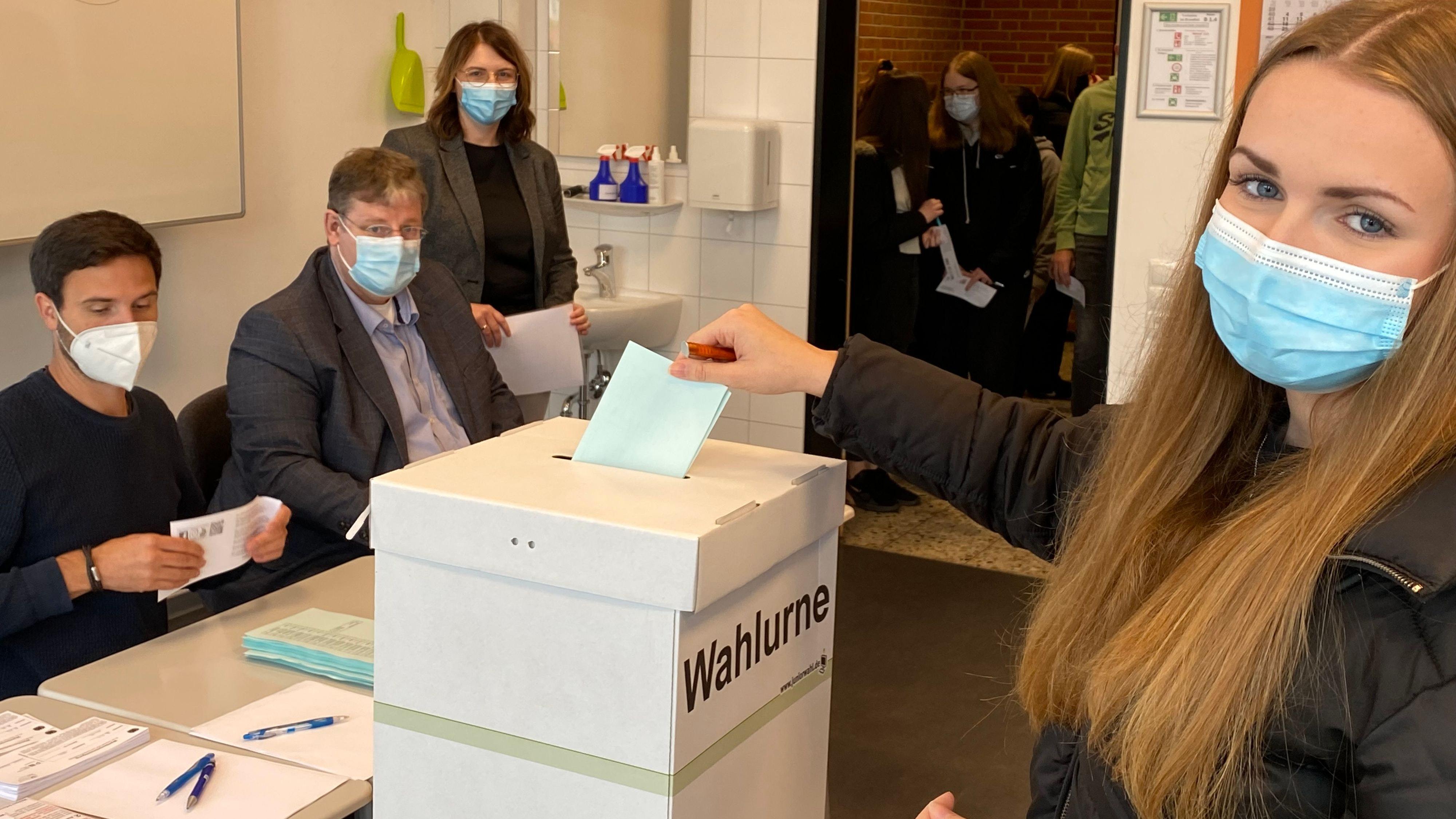 Stimme abgegeben: Insgesamt rund 600 BBS-Schüler waren aufgefordert, unter realen Bedingungen zu wählen. Begleitet wurde das Projekt von Christoph Brand, Ludger Burwinkel und Maike Tepe-Dultmeyer (von links). Foto: Wimberg
