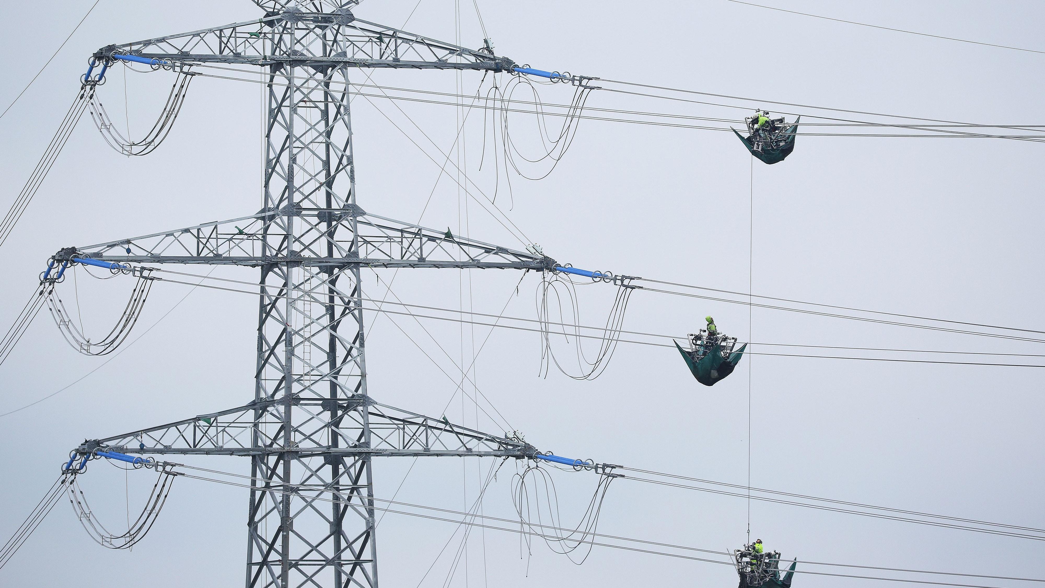 Bald auch im Kreis Cloppenburg: Tennet will im kommenden Jahr mit dem Bau der Stromtrasse beginnen. Symbolfoto: dpa/Warnack