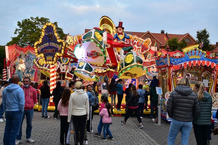 """Lockt die Neugierigen an: Der Circus Circus"""" stieß nicht nur bei seinen Fahrgästen, sondern auch bei vielen Zuschauern auf großes Interesse. Foto: Lammert"""