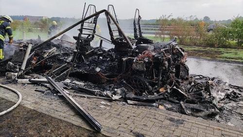 Luxus-Wohnmobil gerät in Brand - zurück bleibt ein qualmender Haufen Schrott