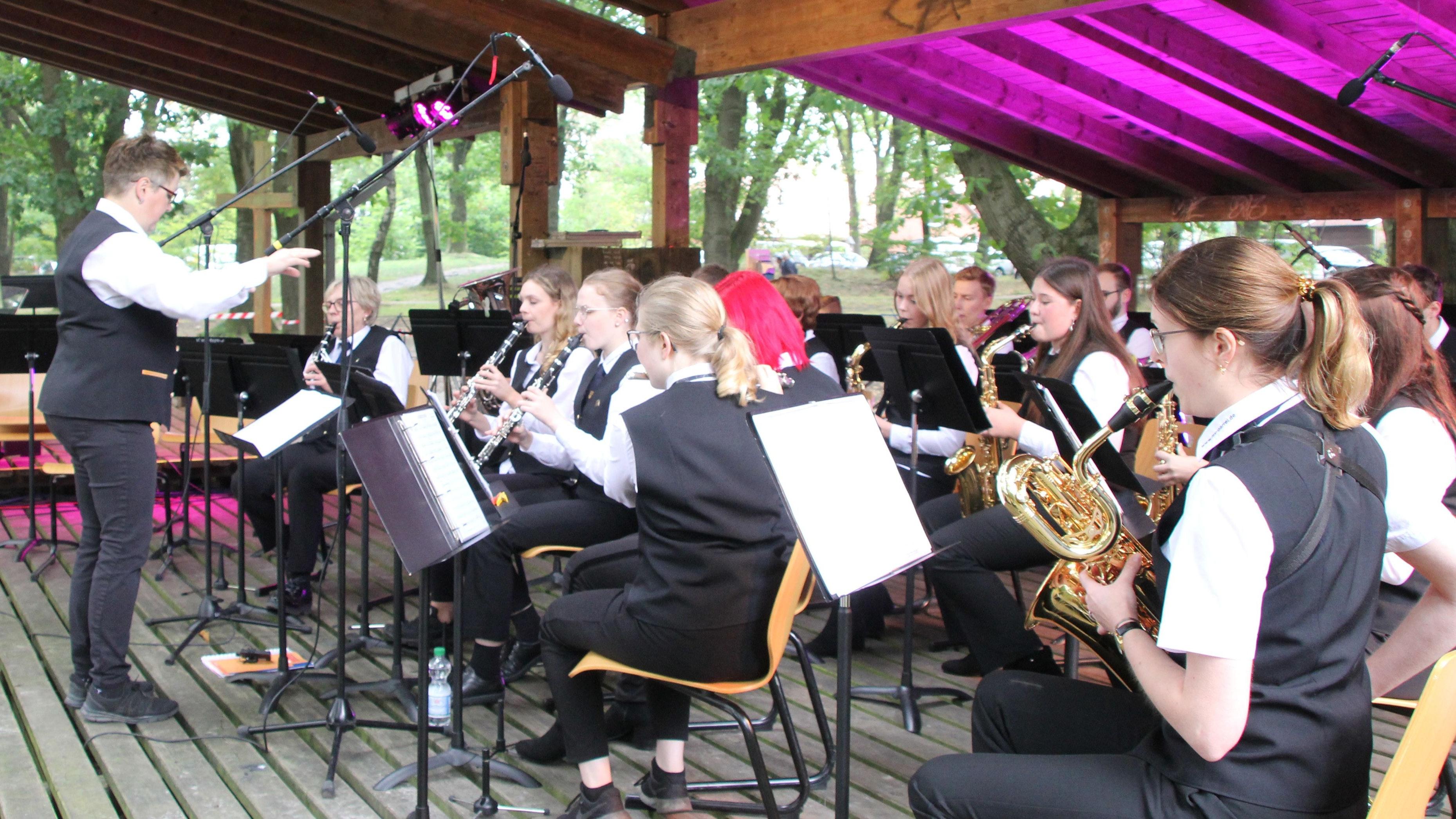 Fast einstündiges Programm: Das Ausbildungsorchester des Musikvereins Garrel bot ein abwechslungsreiches Programm. Foto: Högemann
