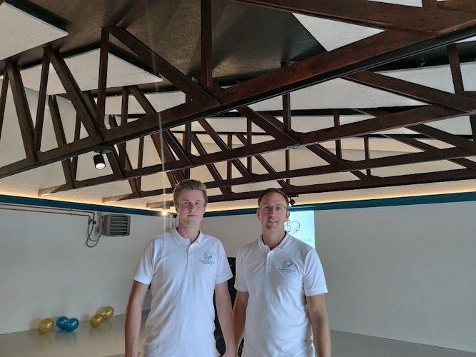 Fleißige Handwerker: Insbesondere Niklas Witte (links) und Daniel Lögering haben viele Stunden Arbeit für ihren Verein investiert. Foto: Röttgers