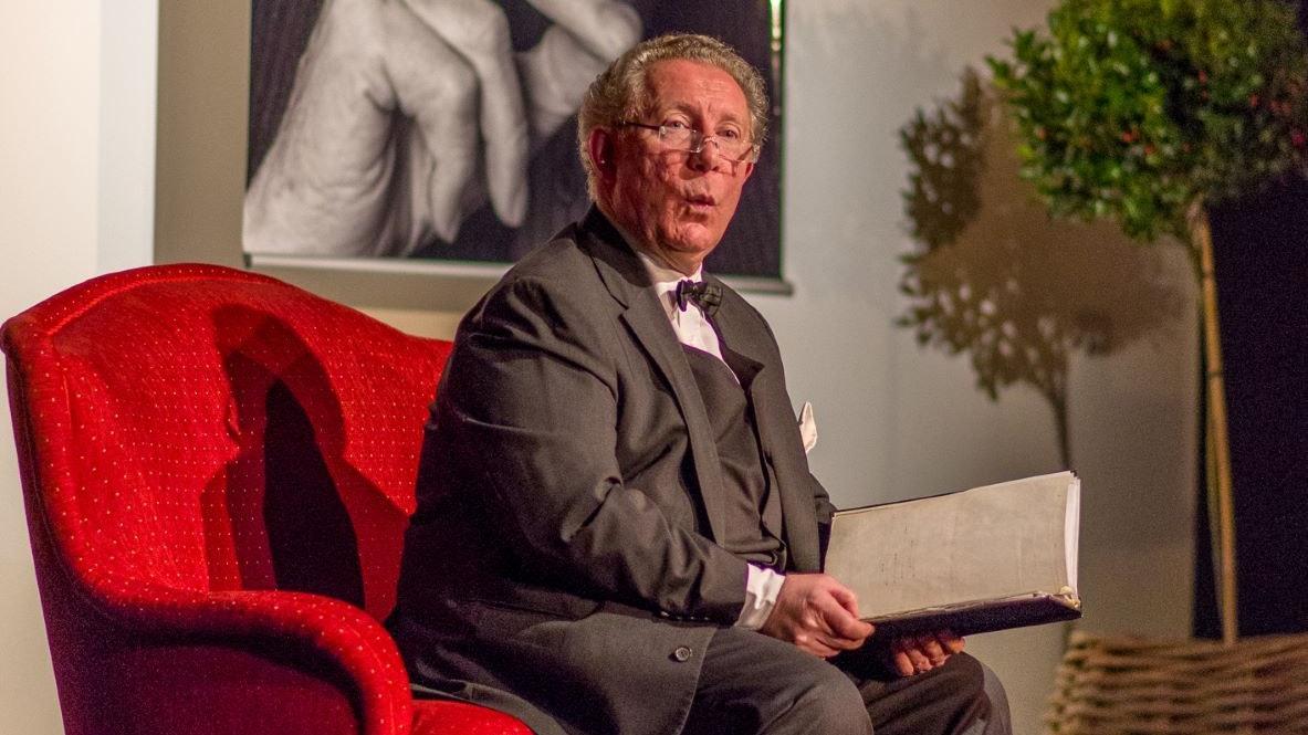 Lässt Loriots Wortwitz wieder aufleben: Rezitator Wilhelm W. Reinke bei seinem Auftritt in Dinklage. Foto: F. Wenzel
