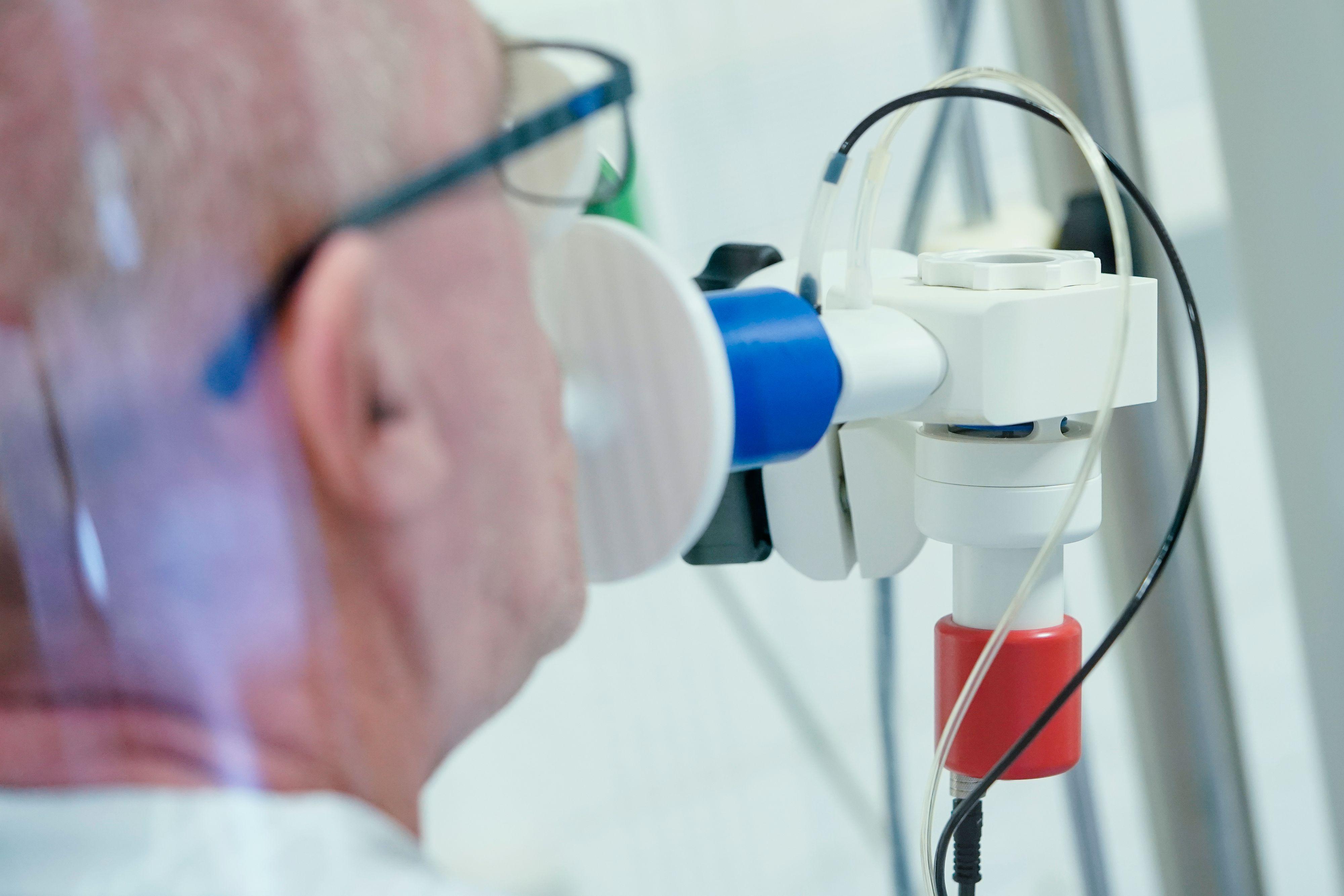 Ein Covid-19-Patient in der Reha: Die Ärzteschaft warnt davor, dass die Langzeitfolgen einer Erkrankung noch unbekannt seien. Symbolfoto: dpa