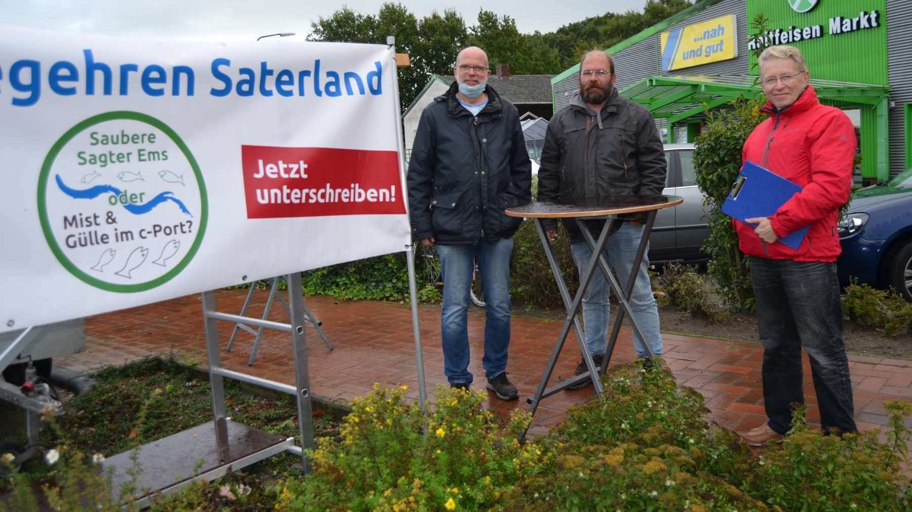 In Scharrel: Das Dorf war die letzte der 4 Ortschaften, in denen die Aktivisten Thomas Bickschlag, Carsten Ambacher und Walter Hußmann (von links) Unterschriften gesammelt hatten. Archivbild: Fertig