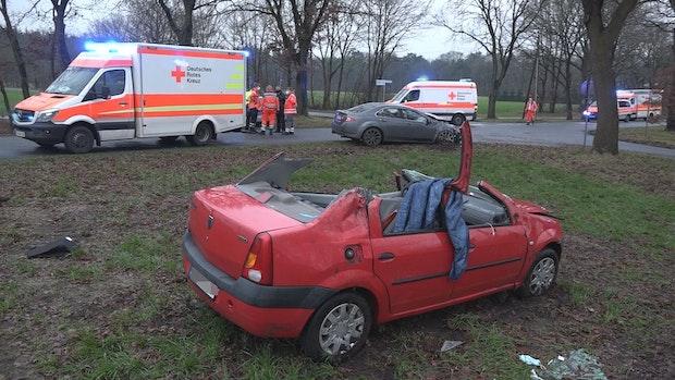 Feuerwehr muss Autodach abtrennen, um Fahrerin zu befreien