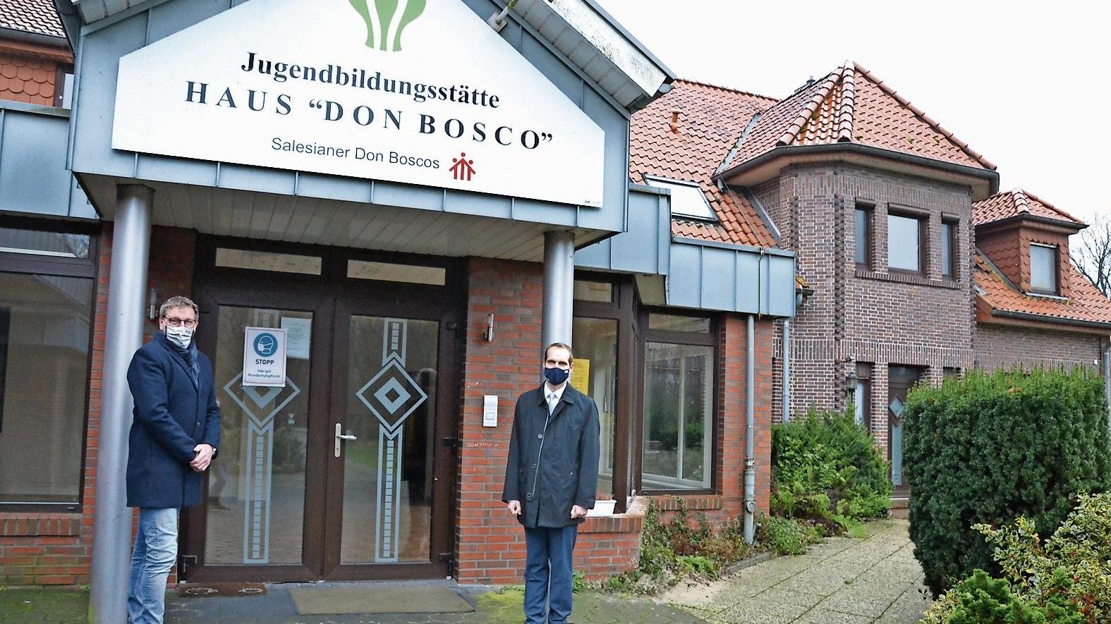 Gekauft: Volksbank-Vorstand Florian Averbeck (rechts) bestätigte den Abschluss der Gespräche mit dem Salesianerorden. Bürgermeister Heiner Kreßmann freut sich über das Ergebnis.Fotos: Meyer