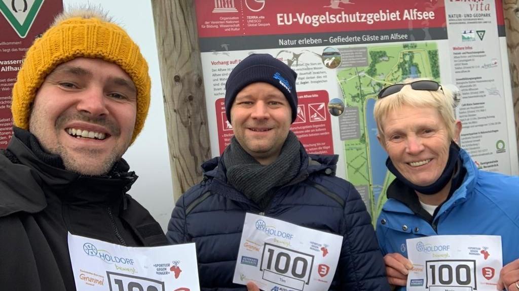 """Auch am Alfsee war man für """"Holdorf bewegt"""" wandern: Daniel von Handorff, Tim Jüchter und Maria von Handorff. Foto: SV Holdorf/Instagram"""