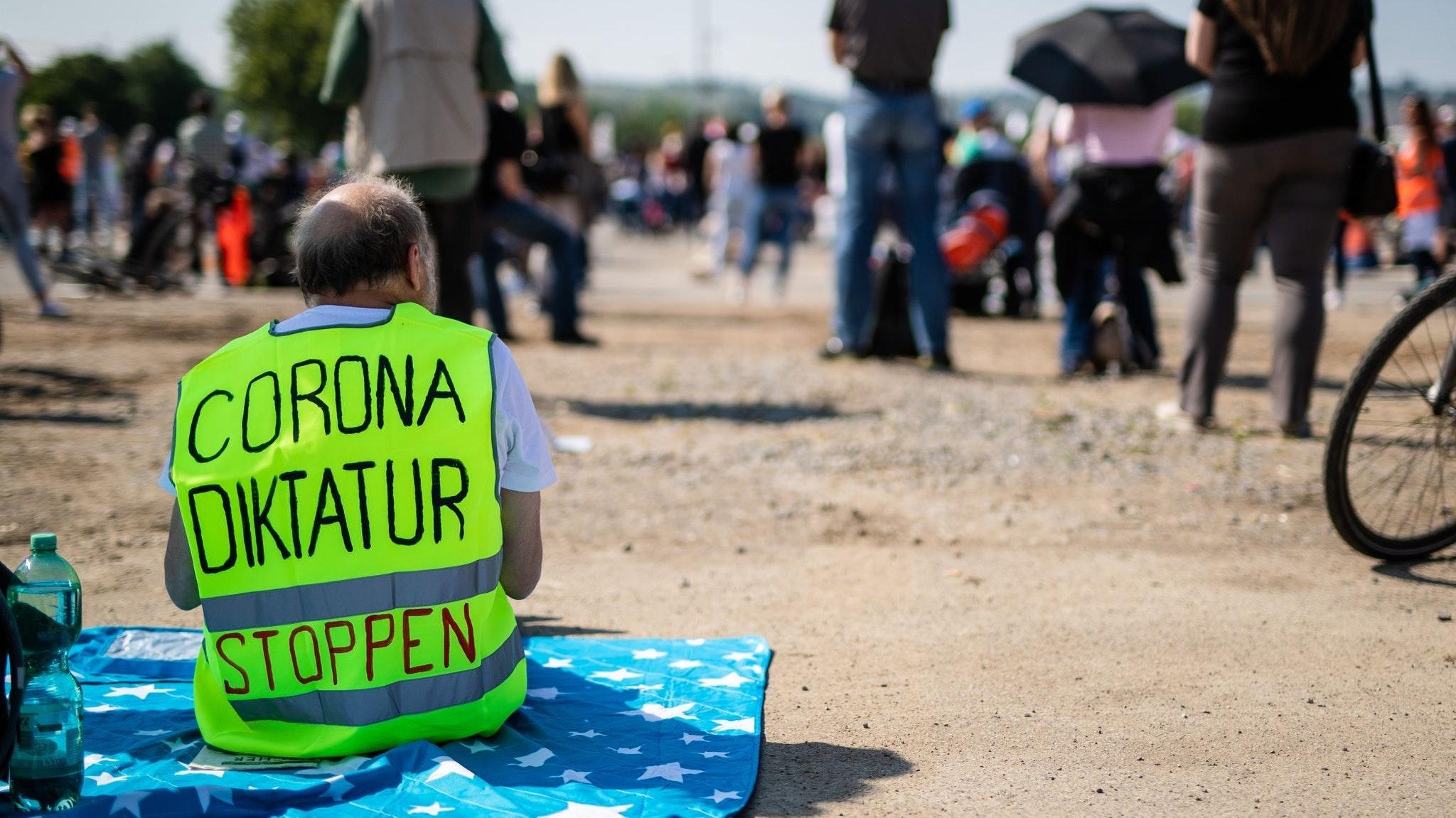 Ein Teilnehmer trägt auf dem Cannstatter Wasen bei einer Kundgebung der Initiative «Querdenken 711» eine Warnweste mit der Aufschrift «Corona Diktatur stoppen». Archivfoto: Christoph Schmidt / dpa