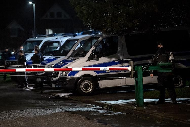 Erhöhte Sicherheitsvorkehrungen: Die Auslieferung der Impfdosen steht unter Polizeischutz.Foto: Sina Schuldt  dpa