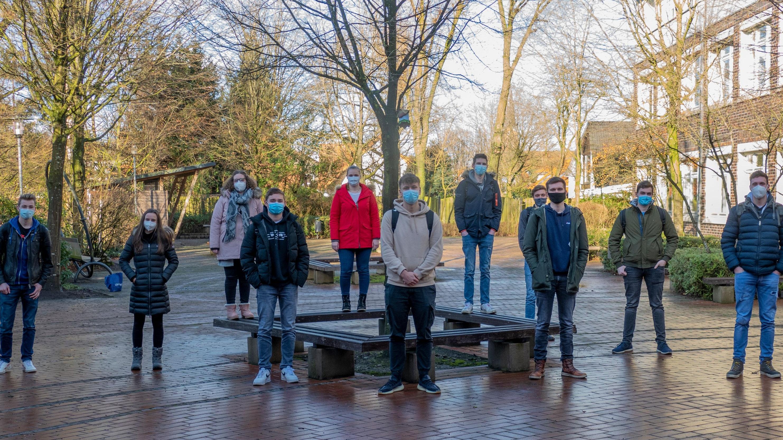 Stehen hinter dem Präsenzunterricht: Abiturientinnen und Abiturienten der beruflichen Gymnasien Friesoythe. Foto: Stix