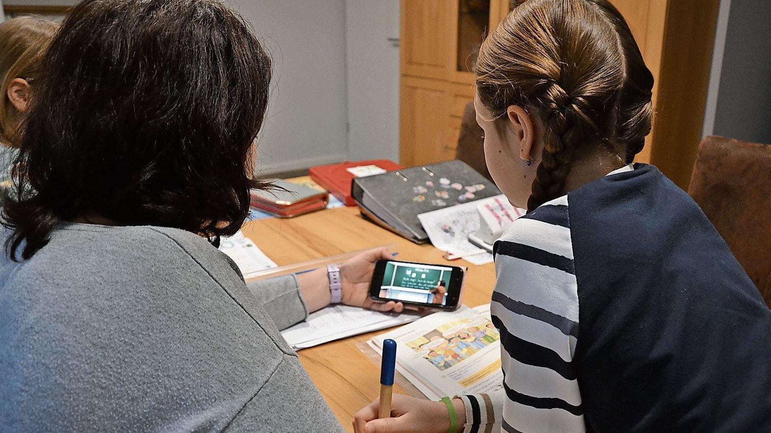 Lernen aus der Ferne: Einige Grundschullehrerinnen erklären den Stoff per Video. Ansonsten sind die jüngeren Kinder im Homeschooling  vor allem auf die Hilfe der Eltern angewiesen. Foto: Meyer