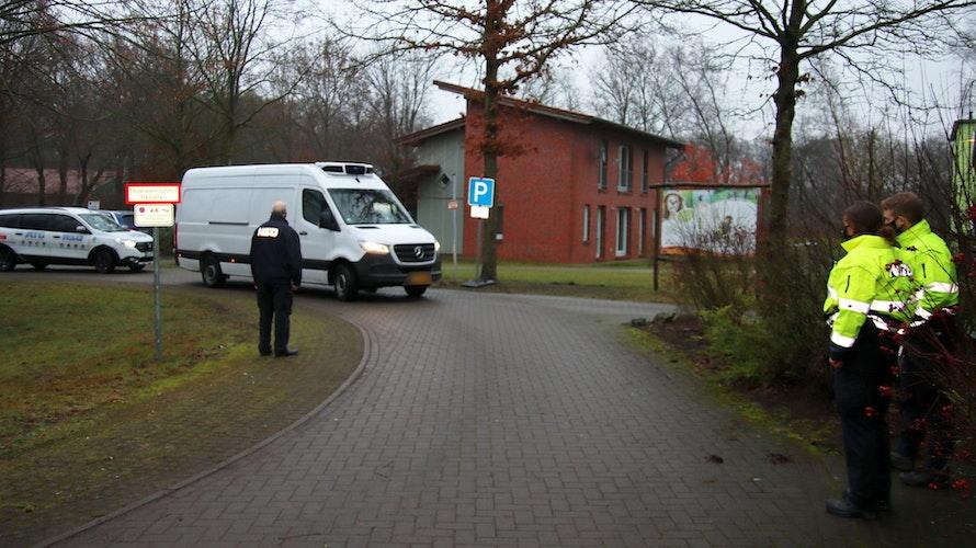 Von Polizei und Sicherheitsdienst abgesichert: Die dritte Charge mit 1000 Impfdosen ist angekommen. Foto: Beumker