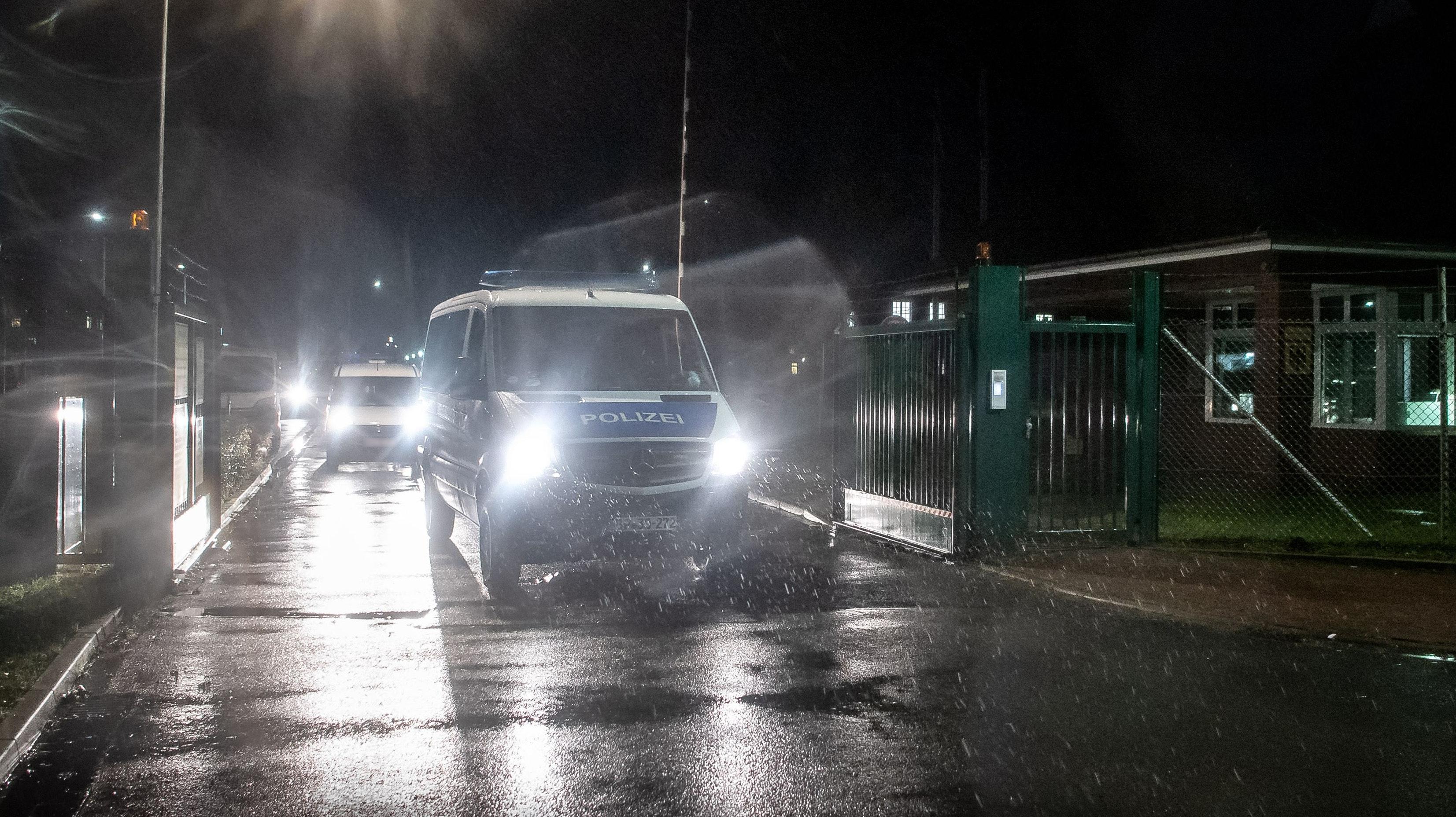Einsatzfahrzeuge der Polizei begleiten einen Kühltransporter vom Gelände der Artlandkaserne der Bundeswehr. Foto: Sina Schuldt / dpa