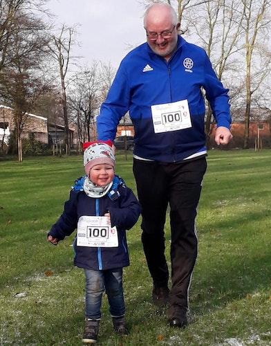 Groß und klein gemeinsam unterwegs: Manfred Pohlmann (2. Vorsitzender im Sportverein) lief ein paar Runden mit Enkel Julius Pohlmann auf dem Schützenplatz. Foto: SV HoldorfInstagram.
