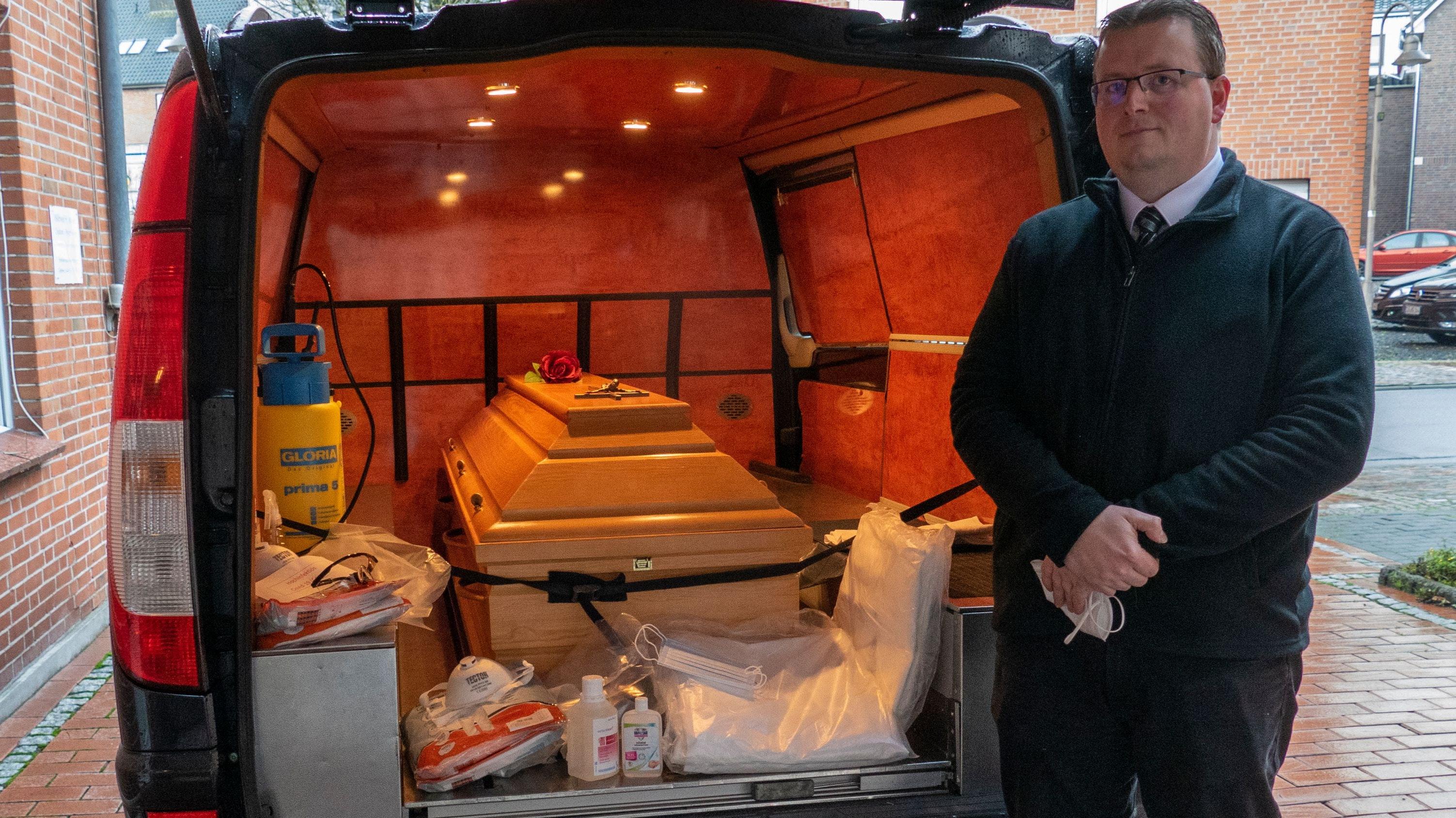 Vorbereitung: Wenn Martin Mucker den Leichnam eines an Covid-19 verstorbenen Menschen holt, muss er neben seiner Schutzausrüstung auch den endgültigen Sarg mitnehmen. Die Umbettung aus einem Transportsarg ist nicht gestattet. Fotos: Stix