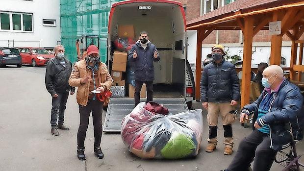 Löninger Friseur verteilt Kleidung an Bedürftige